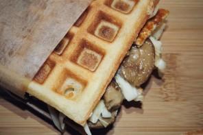 SENZA GLUTINE – Waffle salati con petto di pollo grigliato, porcini Roscilli e scamorza affumicata